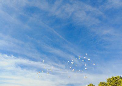 cielo con globos blancos en ibiza